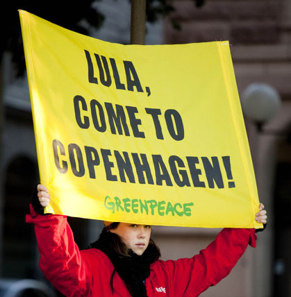 A Greenpeace activist urges the President of Brazil to attend The UN climate meeting in Copenhagen with a banner \' Lula Come to Copenhagen\'. The presence of the Heads of States of the most influential countries are needed in order \\ to secure and ambitious and legally binding agreement in Copenhagen in December. ©Greenpeace/Johanna Hanno